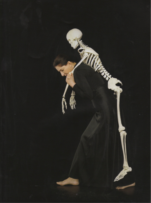 "Marina Abramovic, ""Carrying the skeleton"", 2008, impression en color, 206.4 x 183, 5 cm."