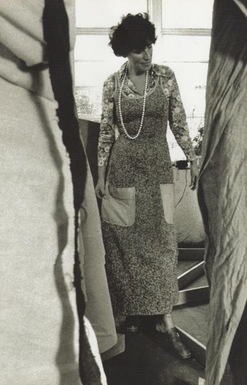 Feliza Bursztyn en la instalación La baila mecánica. 1979. Galería Garcés Velásquez. Fotografía de Rafael Moure.